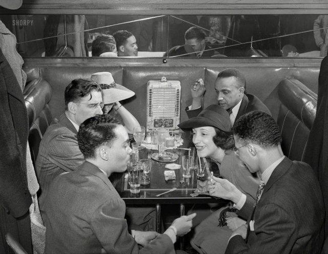Посетители в ресторане в южной части Чикаго, апрель 1941 года.