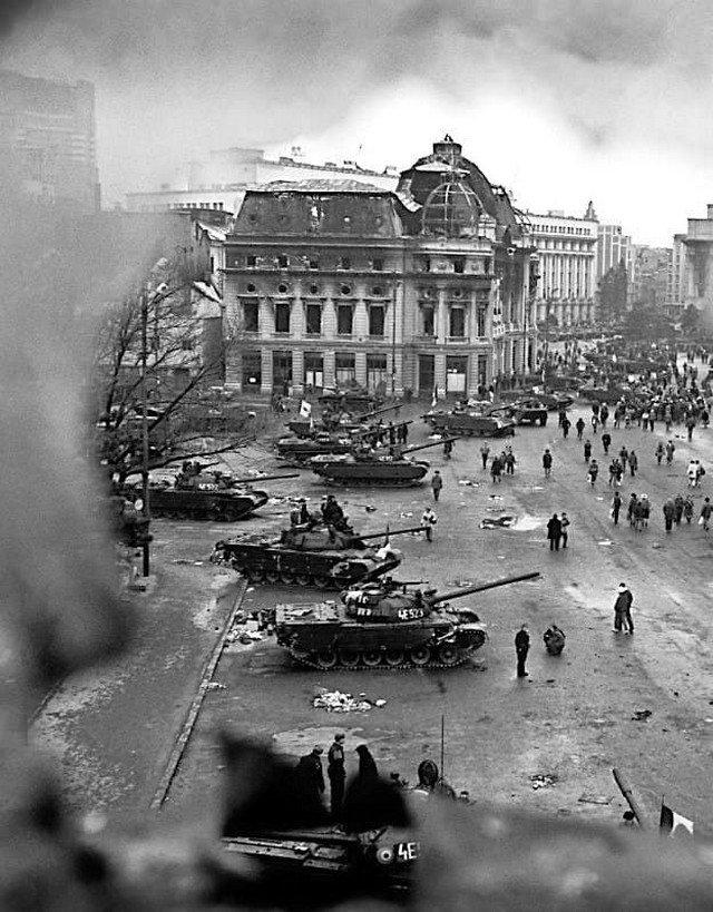 Танки на центральной площади города во время Румынской революции. Бухарест. 1989