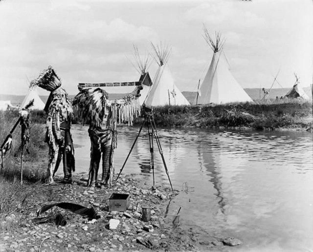 Коренные американцы просматривают фотопленку, 1913 г.