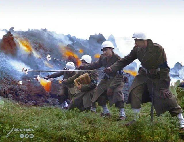 Военная полиция американской армии поджаривает хлеб на расплавленной лаве Везувия. 18 марта 1944 года.