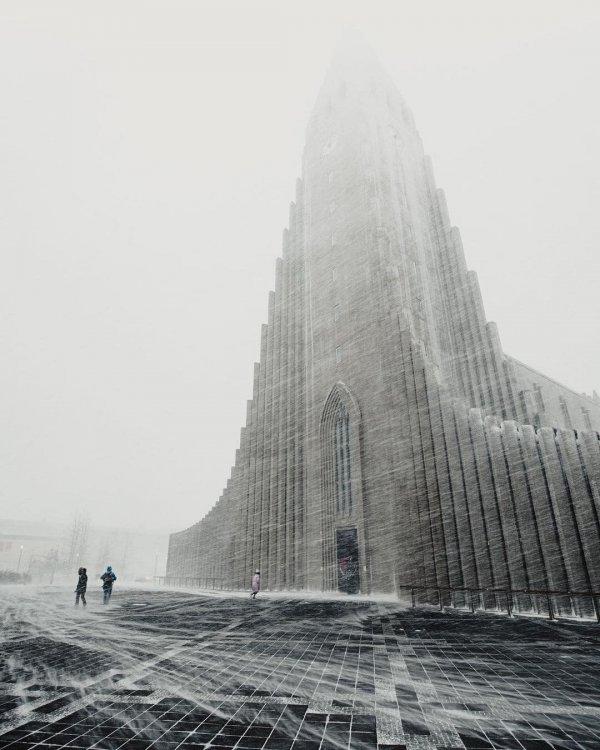 Лютеранская церковь Хатльгримскиркья в Рейкьявике, Исландия, во время метели