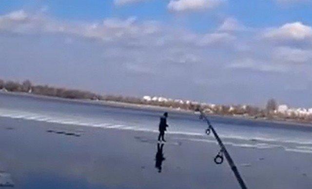 """В Киеве рыбаки с помощью удочки """"выловили"""" ребенка"""
