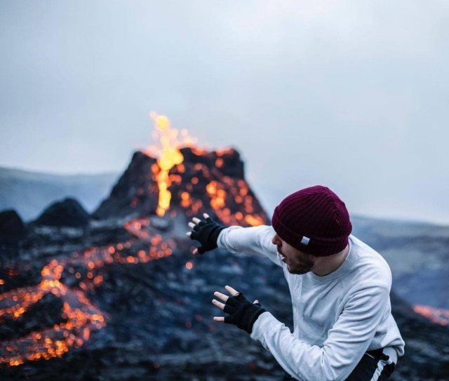 В Исландии проснувшийся вулкан Фаградалсфьяль не испугал инстаграм-блогеров
