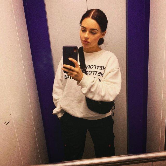 Анна Маковская - любовница Давида Манукяна, на которую он променял Ольгу Бузову в белой кофте делает селфи в лифте