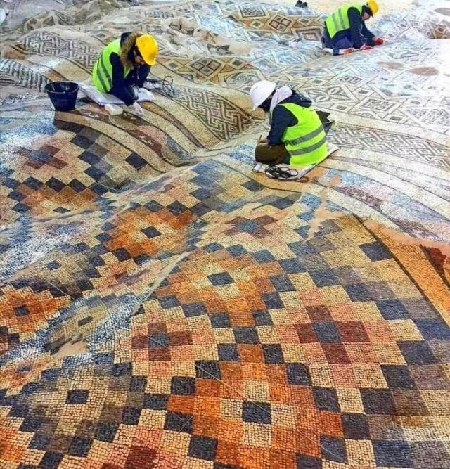 Мозаичный пол в Турции, который из-за землетрясения стал похож на ковёр