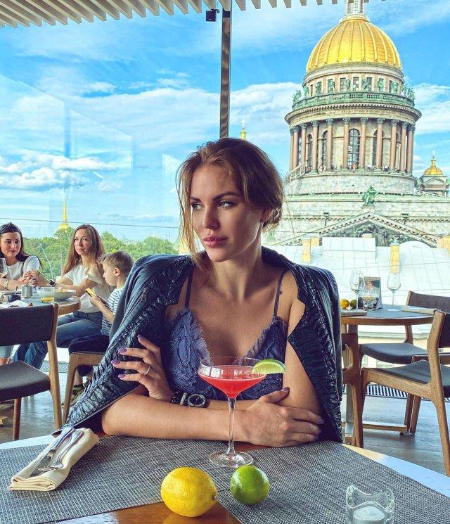 Дочь Сергея Доренко - Ксения Доренко в ресторане с видом на Исаакиевский собор