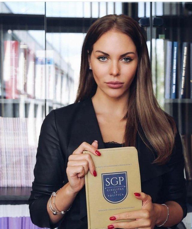 Дочь Сергея Доренко - Ксения Доренко с длинными волосами