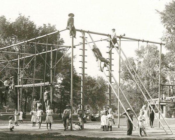 Детская площадка в 1900-х выглядела как полоса препятствий
