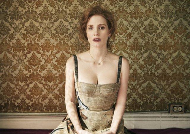 Джессика Честейн - в коричневом платье