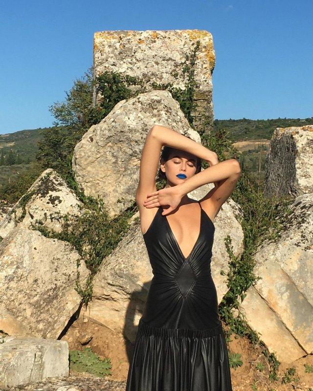 Дочь Синди Кроуфорд - Кайя Гербер в черном платье