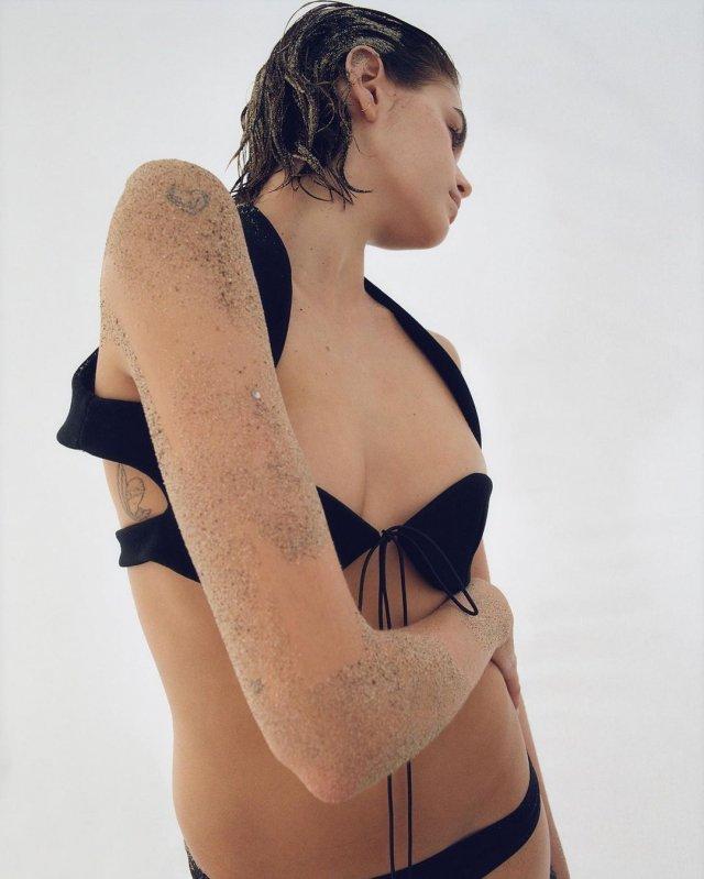Дочь Синди Кроуфорд - Кайя Гербер в черном мини-купальнике