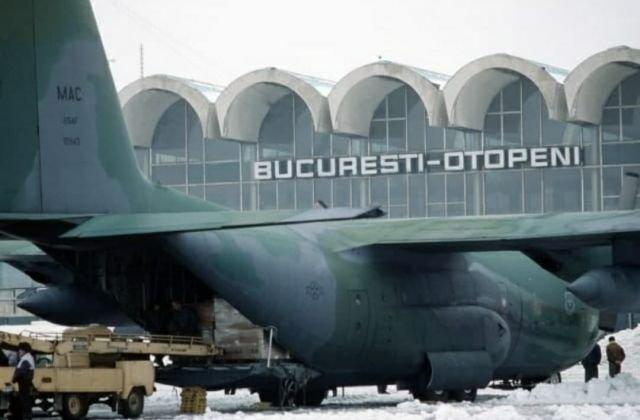 C-130 ВВС США выгружает медицинские средства в аэропорту Бухареста