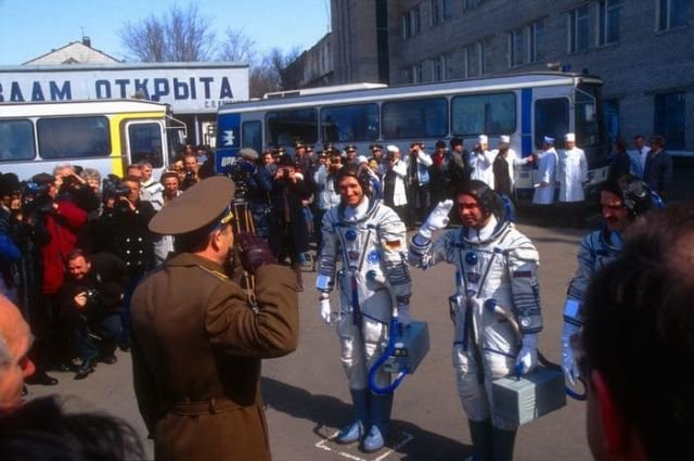 Немецкий астронавт Клаус-Дитрих Фладе приветствует российских военных чиновников