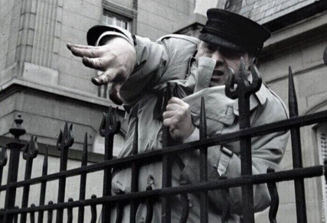 Жириновский из–за ограды российского консульства кидается землей и камнями