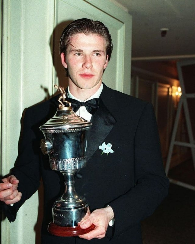 """Дэвид Бекхэм с кубком """"Лучший игрок года"""", 1997 год"""