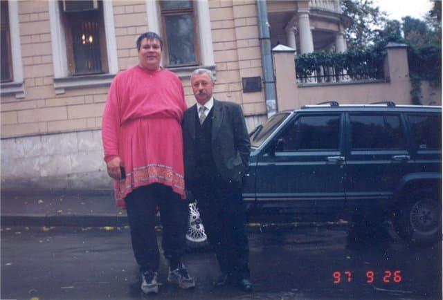Шестикратный чемпион СССР в метании диска и толкании ядра, актёр Юрий Думчев и Леонид Якубович на фоне Jeep Cherokee, 1997 год