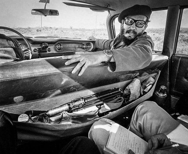 Фидель Кастро даёт интервью журналисту в своей машине. Куба, 1964 год.