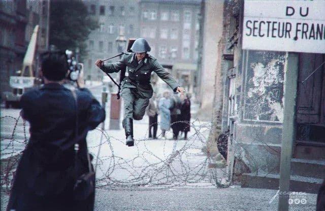"""""""Прыжок в свободу"""": немецкий солдат покидает советскую зону оккупации. Берлин. 1961 год."""