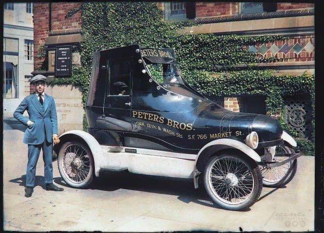 Рекламная машина магазина обуви припарковалась напротив пресвитерианской церкви. Сан-Франциско, Калифорния. 1922 год.