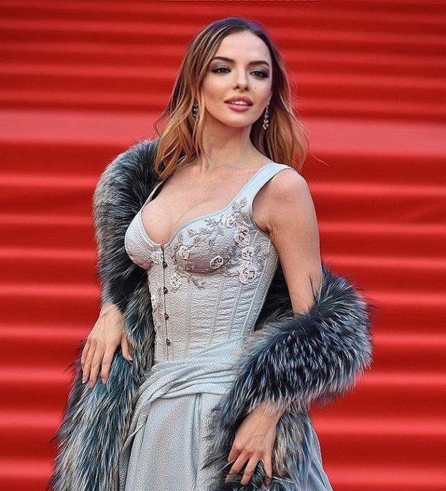 Марина Орлова - последняя муза сатирика Михаила Задорнова  в платье на премьере