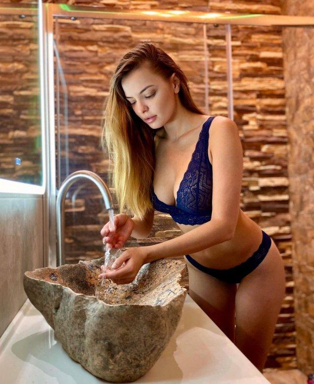 Марина Орлова - последняя муза сатирика Михаила Задорнова  в синем нижнем белье в ванной