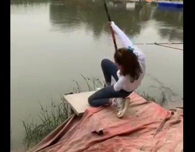 Девушка, которая любит рыбачить и умеет это делать