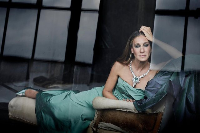"""звезда сериала """"Секс в большом городе"""" Сара Джессика Паркер в зеленом и ювелирных украшениях"""