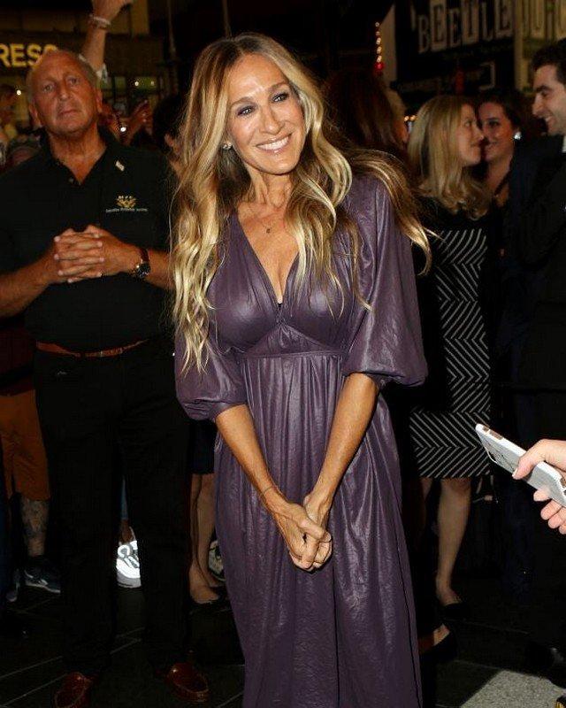"""звезда сериала """"Секс в большом городе"""" Сара Джессика Паркер в фиолетовом платье"""