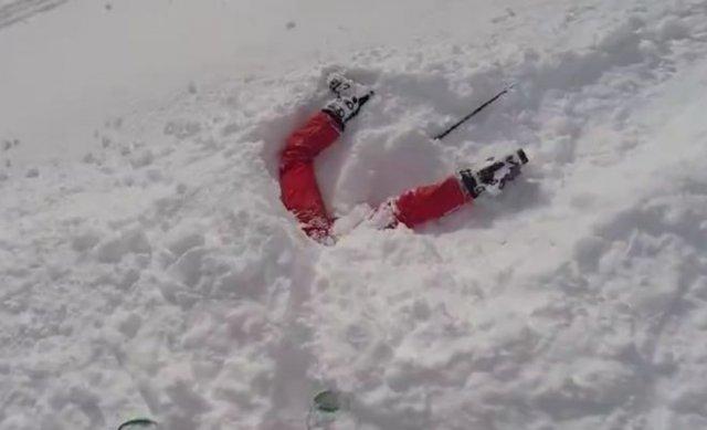Лыжники в Альпах случайно заметили и спасли девушку, застрявшую в снегу