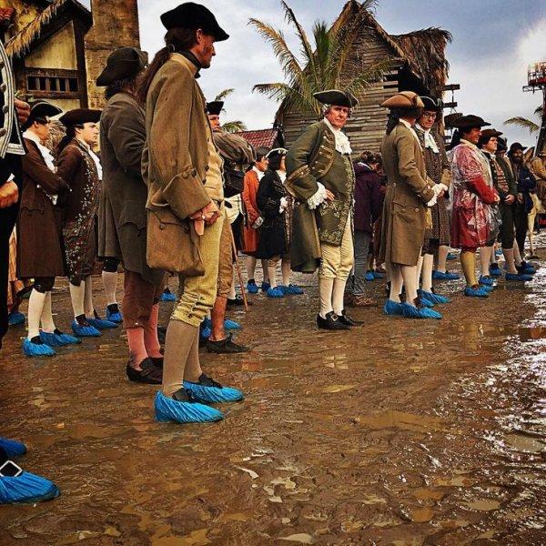 Массовка «Пиратов Карибского моря» трудилась в любую погоду. А сохранить костюмы в чистоте помогали обычные бахилы