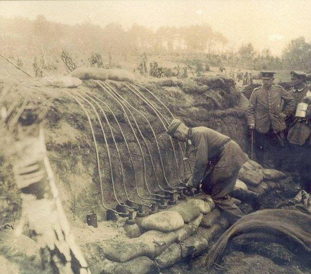 Немецкие военные подготавливают газовую атаку хлором, Польша, Первая мировая война, 1915 год.