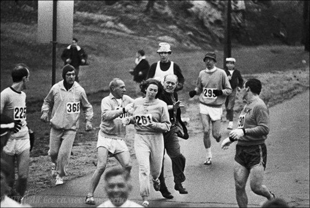 Организаторы Бостонского марафона пытаются остановить Катрин Свитцер. Она стала первой женщиной, официально пробежавшей марафон в 1967г. До этого считали, что женщины не могут этого
