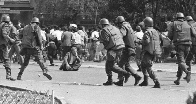 Мужчина во время беспорядков в Косово, 1981г.