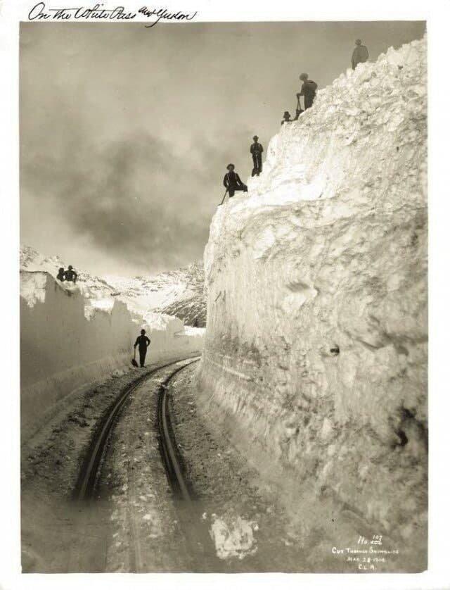 Рабочие очищают от снега железную дорогу, Аляска, 1904 год