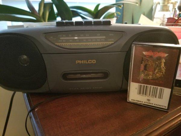 Магнитофон 1990 года, который отлично работает до сих пор. Пока я делал этот снимок, слушал кассету Aerosmith 1975 года