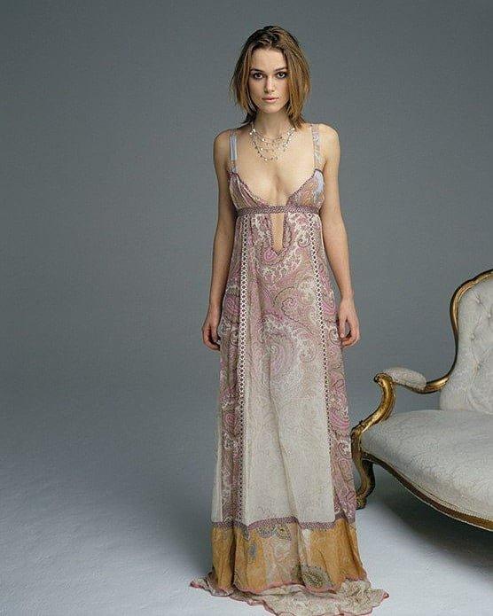 Кира Найтли в длинном платье с вырезом