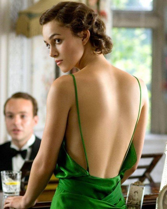 Кира Найтли в зеленом платье с открытой спиной