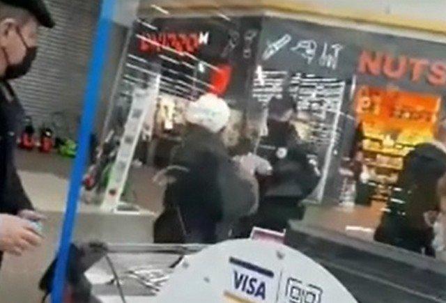 В Ашане в Киеве покупательница устроила скандал с охранником и получила несколько ударов