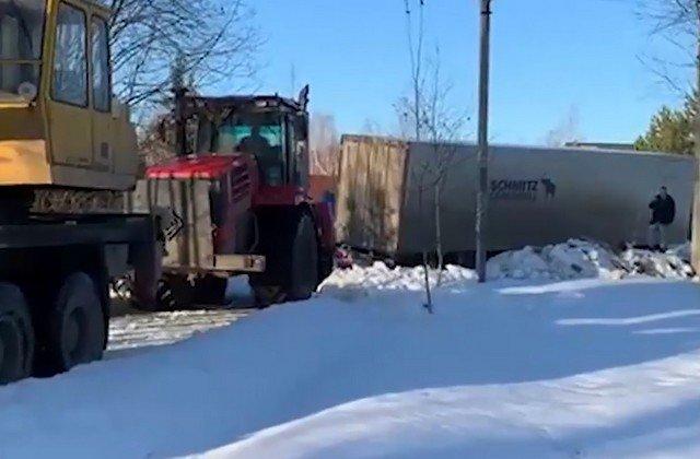 Фура перегородила центральную улицу в деревне Алачково в 40 км от МКАДа