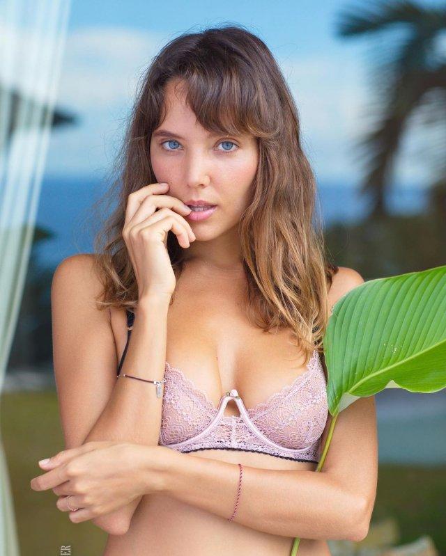 Актриса фильмов для взрослых Катя Кловер (Katya Clover) в кружевном нижнем белье