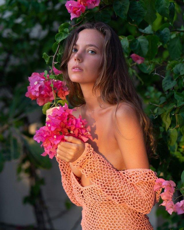Актриса фильмов для взрослых Катя Кловер (Katya Clover) с цветами в руках