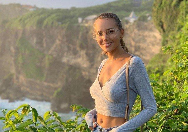 Актриса фильмов для взрослых Катя Кловер (Katya Clover) в синей кофте