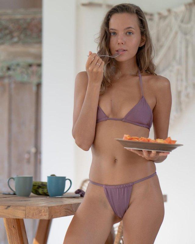 Актриса фильмов для взрослых Катя Кловер (Katya Clover) в фиолетовом купальнике