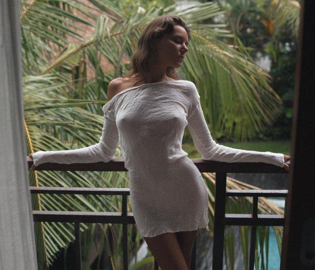 Актриса фильмов для взрослых Катя Кловер (Katya Clover) в белом платье