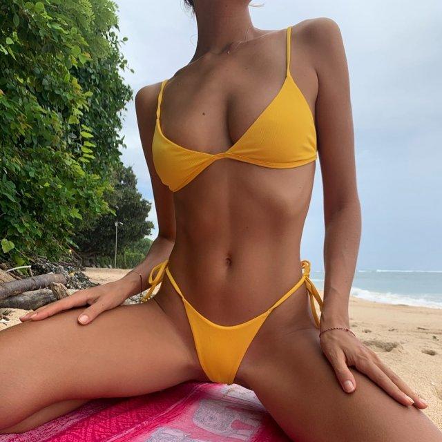 Актриса фильмов для взрослых Катя Кловер (Katya Clover) в желтом купальнике