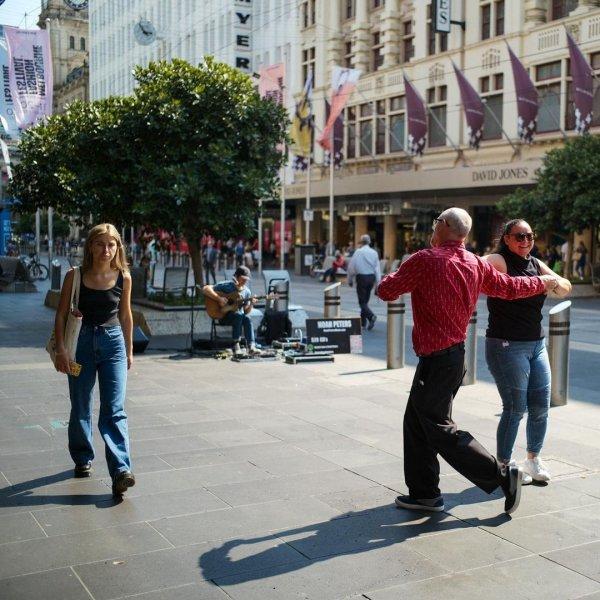 Уличные музыканты тоже могут разделить людей на два типа