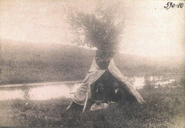 Шалаш, в котором скрываются сбежавшие жених и невеста, Томская губерния, Российская империя, Начало XX века.