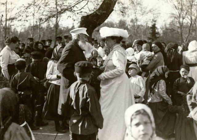 Лев и Софья Толстые и их дочь Александра среди крестьян деревни Ясная Поляна в Троицын день, 1909 год.
