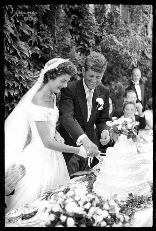 Жаклин Кеннеди и Джон Кеннеди разрезают торт на собственной свадьбе. Ньюпорт, Род-Айленд. 12 сентября 1953 года.