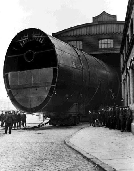 Одна из трех огромных дымовых труб Титаника, 1900-е.